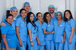 El Dr. Mayo con el equipo del Dr. Chacón